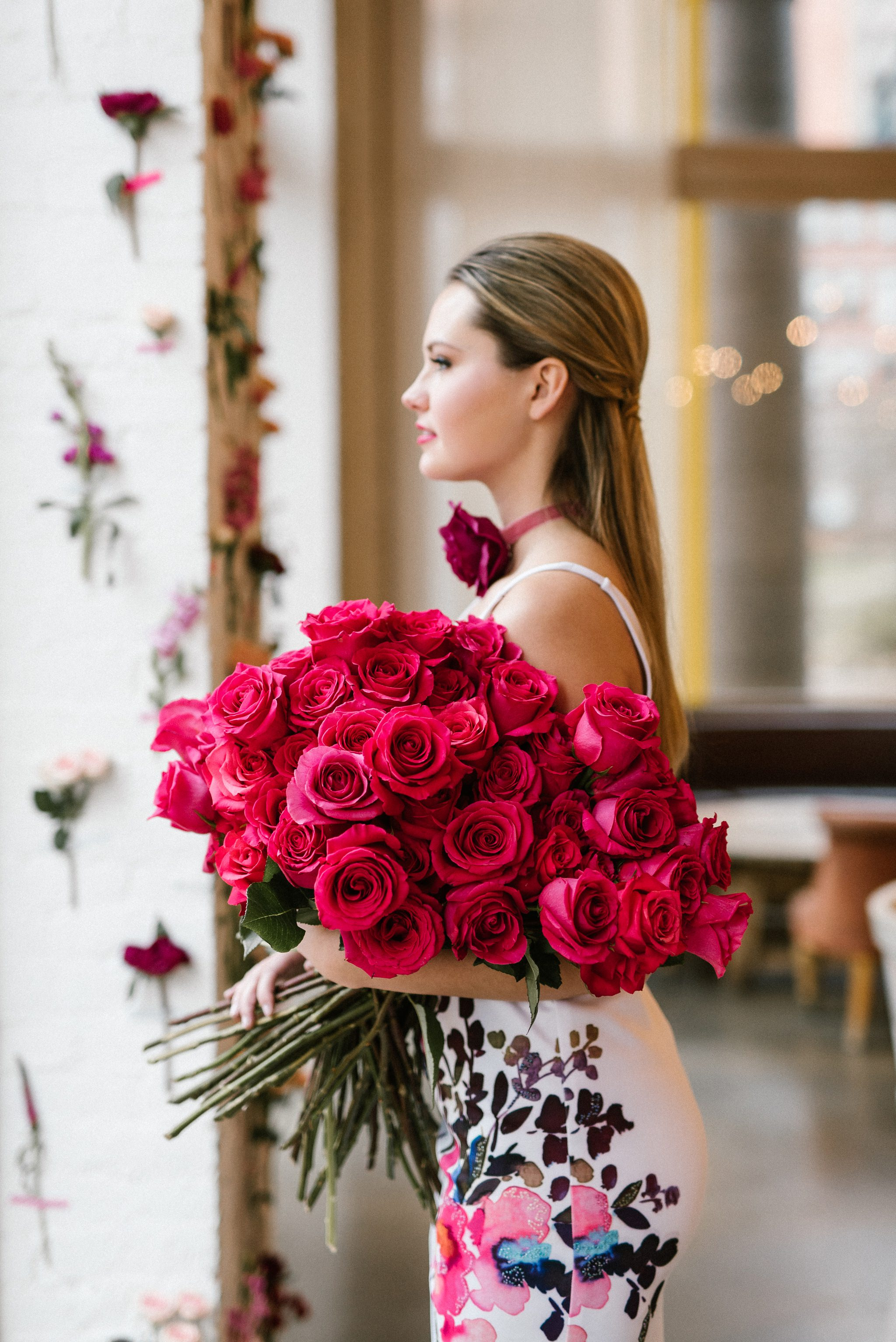 фотосессия с большим букетом роз